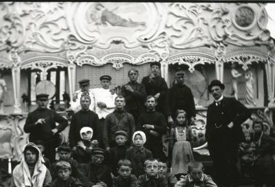 Groep mensen voor orgel (Gavioli et Cie)