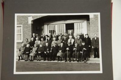 Nieuwe voorzitter C.O.O.  Paul Boeynaems met zijn bestuur en de bewoners van het Rusthuis Sint-Camillus