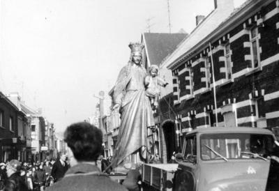 Het nieuw-vergulde standbeeld van Maria