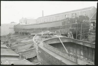 Scheepswerf Maes (7): boten op werf zij-aanzicht