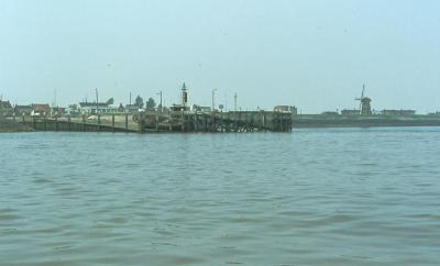 Zicht op havenhoofd en molen van Doel