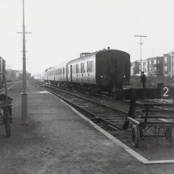 Spoorlijn 59 Trein naar Gent in station Sint- Niklaas- West