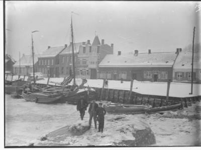 Ijsgang op de Schelde (3): mannen op dichtgevroren Schelde