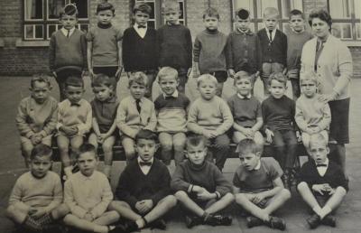Klasfoto van de 3de kleuterklas in 1967-1968 van de jongensschool in Waasmunster