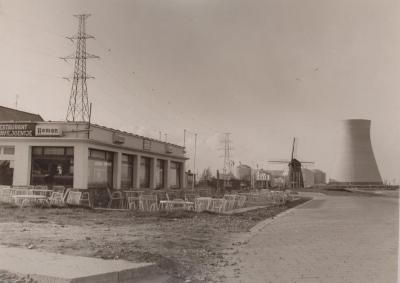 Doel, Scheldedijk met zicht op de molen en de kerncentrale