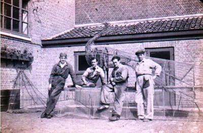Opbouw Bloemenstoet begin jaren  50,Stadsgarage,Kazernestraat  27 te Sint-Niklaas