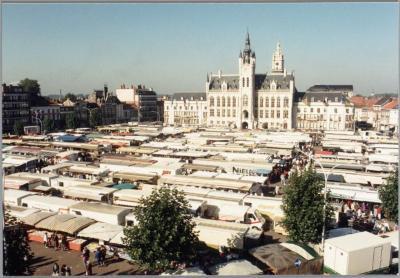 Donderdagse markt op de Grote Markt van Sint-Niklaas
