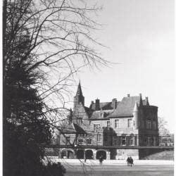 Kasteel van Wissekerke vanop de bevroren kasteelvijver